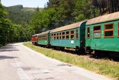 Gebogen groene trein Royalty-vrije Stock Afbeeldingen