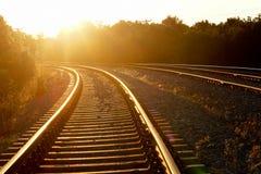 Gebogen spoorweg in zonsondergang Royalty-vrije Stock Fotografie