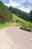 Gebogen weg in bergen Stock Afbeeldingen