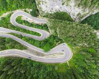 Gebogen weg met auto's en mooi boslandschap Bicazkloven, Roemenië Royalty-vrije Stock Afbeeldingen