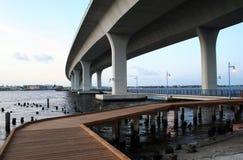 Gebogene Architektur-Brücke Stockfotografie