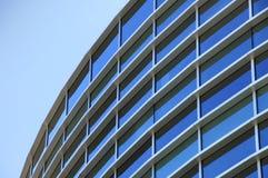 Gebogene Außenfenster eines Bürohauses Stockbilder