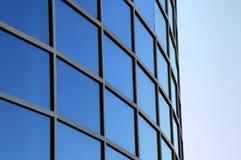 Gebogene Außenfenster eines modernen Gebäudes Stockfotos