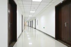 Gebogene Bürohalle Stockfotografie