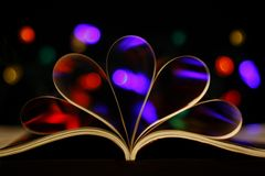 Gebogene Buchseiten, mit Hintergrundbeleuchtung Lizenzfreies Stockfoto