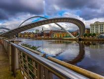 Gebogene Jahrtausendbrücke lizenzfreie stockfotografie