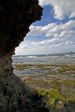Gebogene Klippe durch den Strand Lizenzfreies Stockfoto
