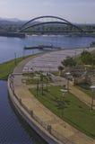 Gebogene Promenade und gebogene Brücke Stockbilder