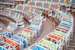 Gebogene Reihen von bunten Stühlen im Stadion Stockfotos