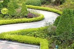 Gebogene Spur im Garten, luftgetrockneter Ziegelstein rgb Lizenzfreies Stockfoto