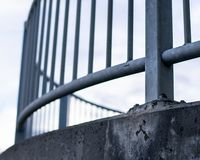 Gebogene Stahlbrücke stockfoto