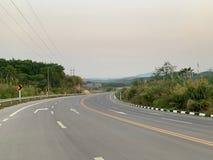 Gebogene Straße auf die Oberseite des Berges, der reist, um das Ziel zu erreichen lizenzfreies stockfoto