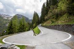 Gebogene Straße in den Bergen Stockfotografie
