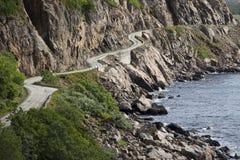 Gebogene Straße entlang norwegischen Fjorden - Vesteralen Stockfotos