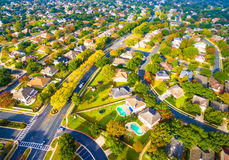 Gebogene Straßen-moderner Plan-Vorstadtnachbarschaft außerhalb Austin Texas Aerial Views Stockfoto