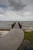 Gebogener Pfad zum Pier-stürmischen Nachmittag - Vertikale Stockfotos