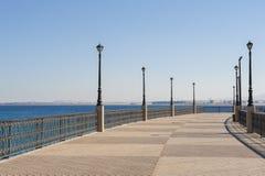 Gebogener Pier in einem tropischen Erholungsort Lizenzfreies Stockfoto