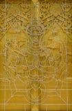 Gebogener Stahl der Engelsform auf Fenster des thailändischen Tempels Stockfoto
