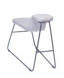 Gebogener weißer Stuhl mit den Metallbeinen lokalisiert auf Weiß Stockbilder