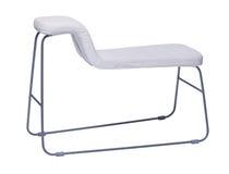 Gebogener weißer Stuhl mit den Metallbeinen lokalisiert auf Weiß Stockbild