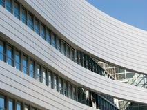 Gebogenes Bürohaus Stockbilder