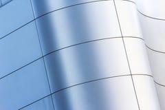 Gebogenes Fassadengebäude in der Stadt Lizenzfreies Stockbild