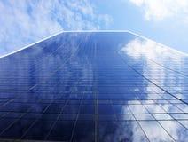 Gebogenes Gebäude lizenzfreie stockbilder