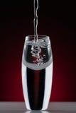 Gebogenes Glas mit Blasen Stockbild