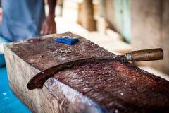 Gebogenes Messer f?r den Schnitt von Fischen auf dem Schneidebrett das Werkzeug des Fischers f?r den Schnitt von Fischen Frische  stockfoto