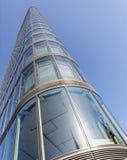 Gebogenes modernes Bürohaus Stockbild