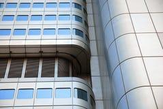 Gebogenes modernes Wolkenkratzerdetail Stockfoto