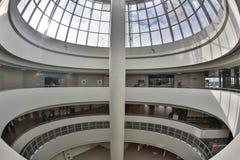 Gebogenes Oberlicht-Glasdach oder Decke der Haube mit geometrische Struktur-Stahl in der modernen zeitgenössischen Architektur-Ar Stockbilder