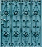 Gebogenes Stahlmuster auf Tür mit Griff Stockbilder
