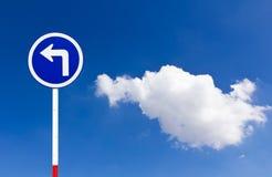 Gebogenes Straßen-Verkehrszeichen lizenzfreie stockfotos