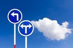 Gebogenes Straßen-Verkehrszeichen Stockfotos