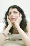 Gebohrte Brunettefrau mit sich hinlegen auf dem Bett Stockfoto