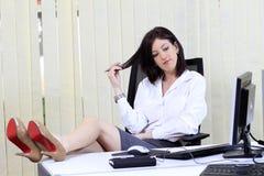 Gebohrte Frau im Büro Stockfotografie