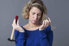 Gebohrte Frau 20s in den Schmerz mit Mechanikerhandarbeit oder DIY Lizenzfreies Stockbild