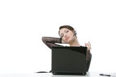 Gebohrte Geschäftsfrau, die einen Kopfhörer trägt Stockfotografie