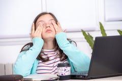 Gebohrte Jugendliche tut ihre Hausarbeit Lizenzfreie Stockfotografie