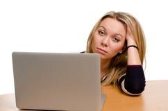 Gebohrte junge Frau mit einem Laptop stockfotos