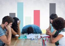 Gebohrte Leute bei der Sitzung gegen bunte Diagramme und weiße Wand Stockfoto