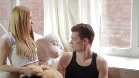 Gebohrte, traurige junge Paare während des romantischen Datums stock video footage