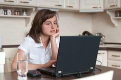 Gebohrte und müde Geschäftsperson, die zu Hause arbeitet Lizenzfreies Stockbild