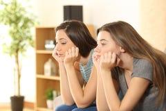 Gebohrte Zimmergenossen oder Freunde zu Hause Stockfotos