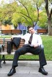 Gebohrter Geschäftsmann auf Bank Lizenzfreies Stockfoto