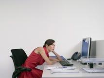 Gebohrter weiblicher Büroangestellter am Schreibtisch stockfotos