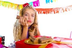 Gebohrtes blondes Mädchen der Geste Kinderin der Partei mit Welpen Lizenzfreie Stockfotografie
