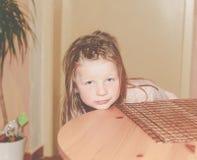 Gebohrtes Mädchen 5 Jahre alt Portrait des blonden kleinen Mädchens Addieren Sie Dunsteffekt Lizenzfreies Stockbild