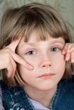 Gebohrtes Mädchen, welches die Kamera betrachtet Stockbild